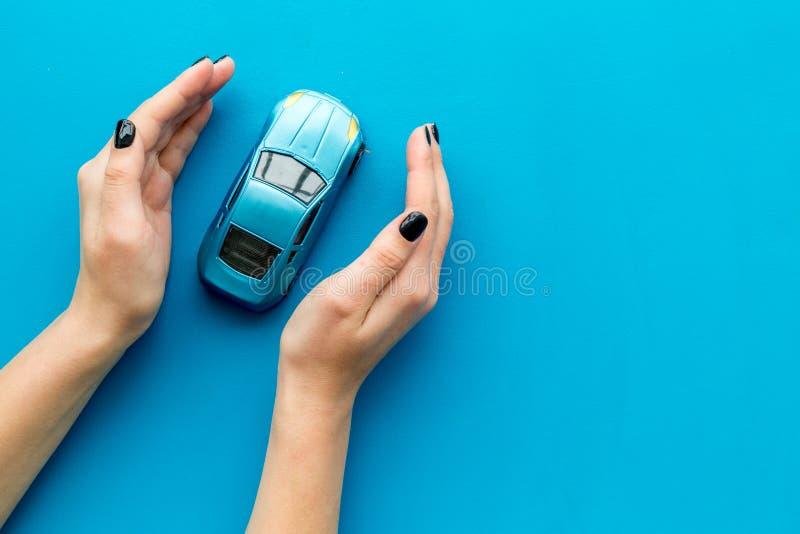 страхсбор принципиальной схемы автомобиля предпосылки изолированный над белизной Безопасность автомобиля Игрушка автомобиля в жен стоковые изображения rf