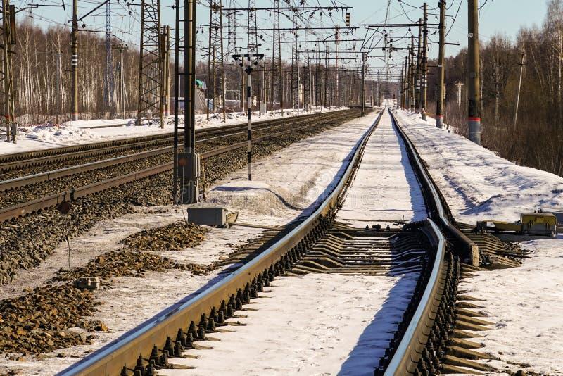 Стрелка возврата установленная на железнодорожный путь стоковая фотография