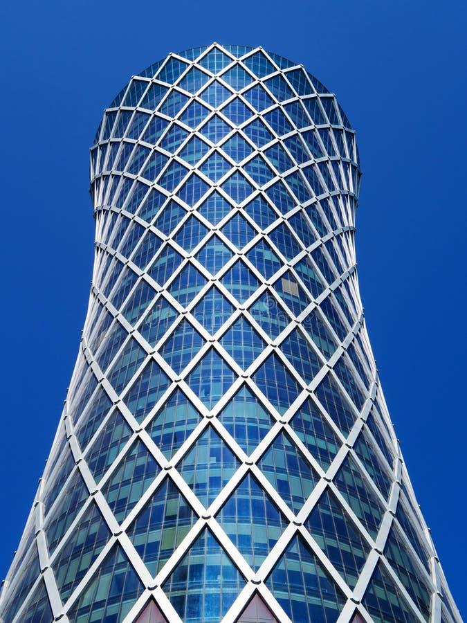 стрелка чеканит успех диаграммы принципиальной схемы финансовохозяйственный золотистый Современный небоскреб на голубой предпосыл стоковое изображение