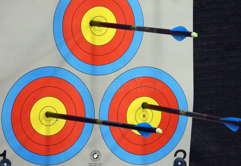 3 стрелки ударяя центр стоковые изображения