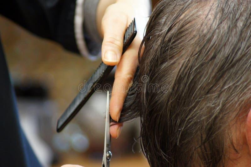 Стрижка людей на парикмахере стоковые фото