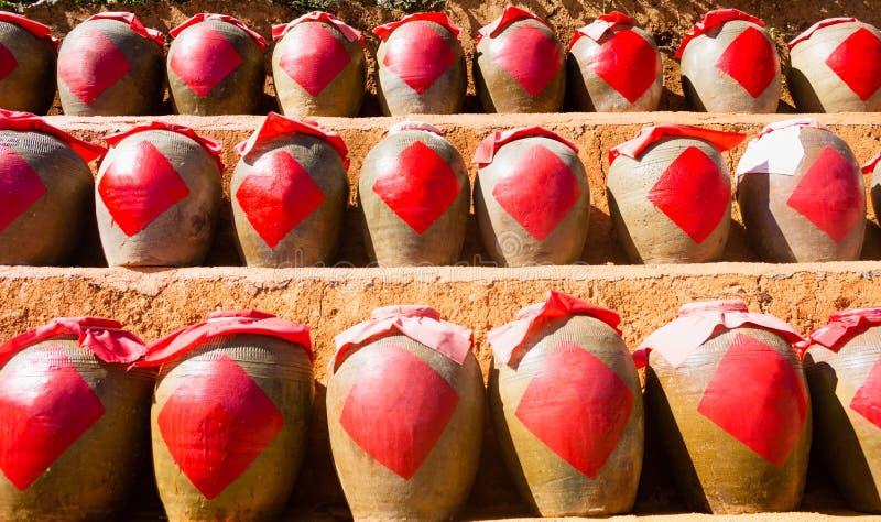 Строка античных китайских опарников глины рисового вина ликера стоковые фото