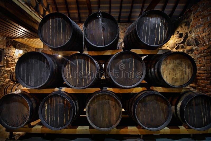 Строки спиртных барабанчиков в запасе винокурня Коньяк, виски, вино, рябиновка Алкоголь в бочонках стоковое фото
