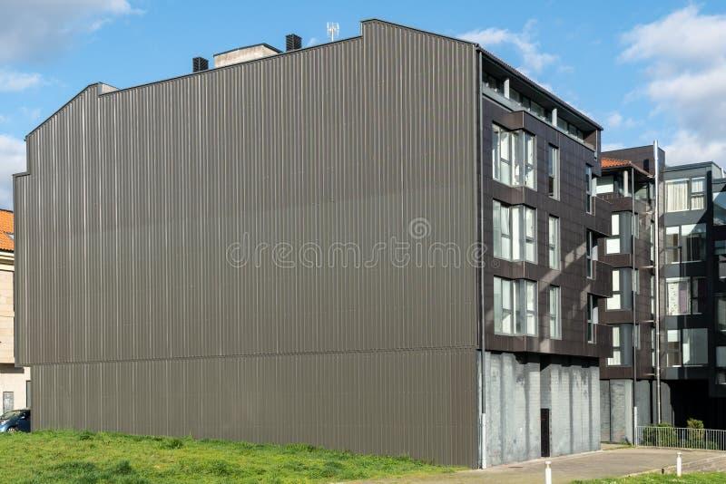 Строя фасад с металлическим плакированием стоковые изображения rf