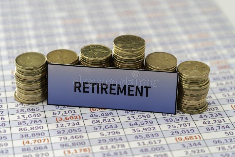 Стога монеток на электронной таблице показывая рост в сбережениях выхода на пенсию стоковые изображения