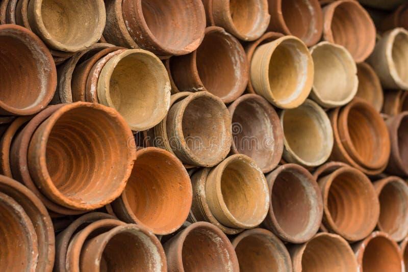 Стога терракотовых цветочных горшков в сарае производства керамических изделий садовников на ботаническом саде Много штабелирован стоковые изображения rf