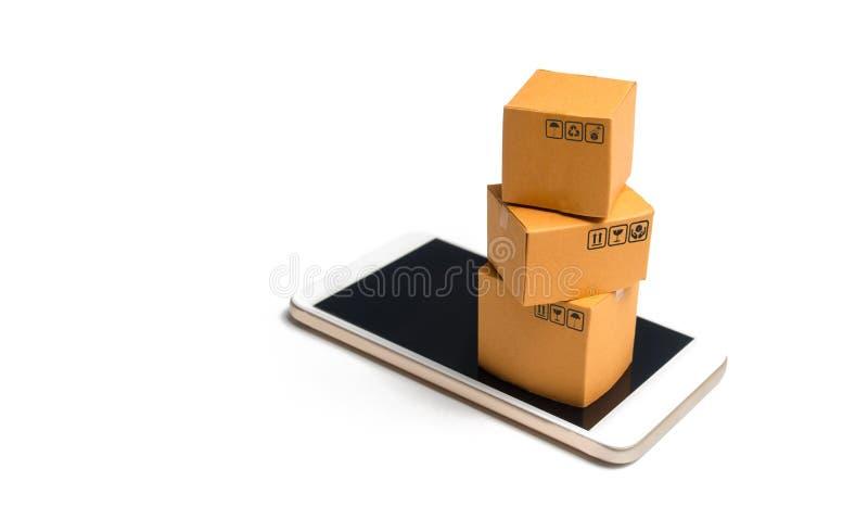 Стог коробок на смартфоне Он-лайн принципиальная схема покупкы Покупки через мобильное приложение Товары и услуги, электронная ко стоковая фотография rf