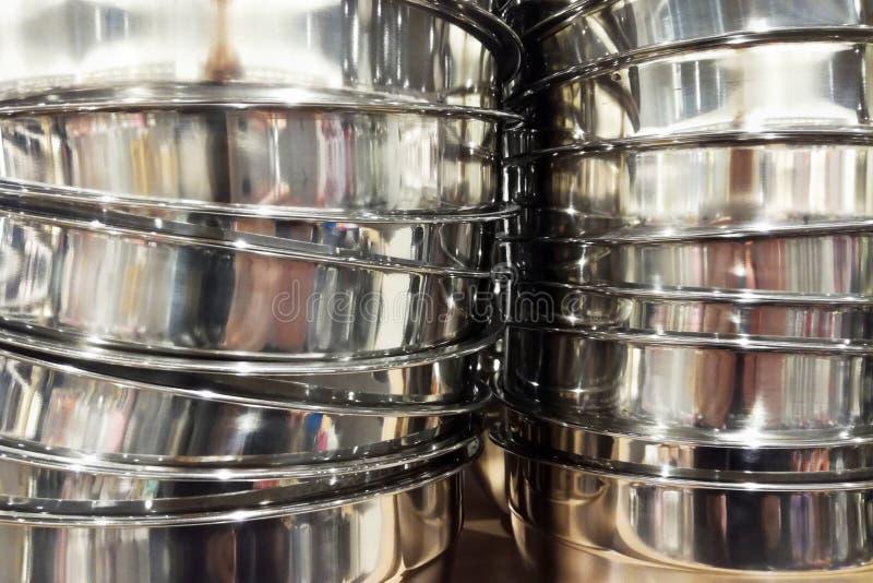 Стог предпосылки cookware баков нержавеющей стали стоковые фотографии rf
