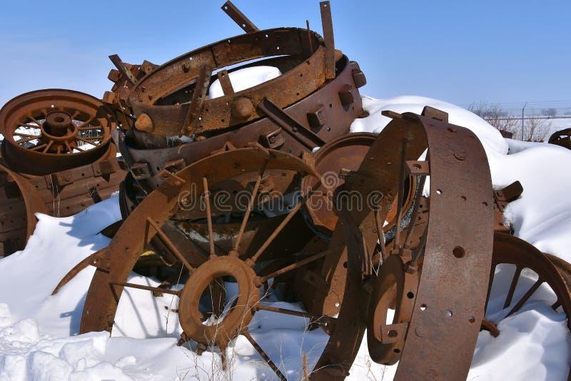 Стог старых ржавых стальных оправ похороненных в глубоком снеге стоковое фото rf