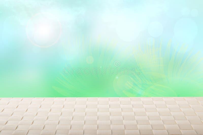 Столешница на солнечной предпосылке весны Пустая яркая таблица на запачканные абстрактные солнечные весна или летний день с голуб стоковое фото