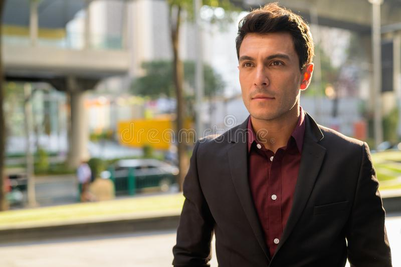 Сторона молодого испанского бизнесмена думая в городе outdoors стоковая фотография rf