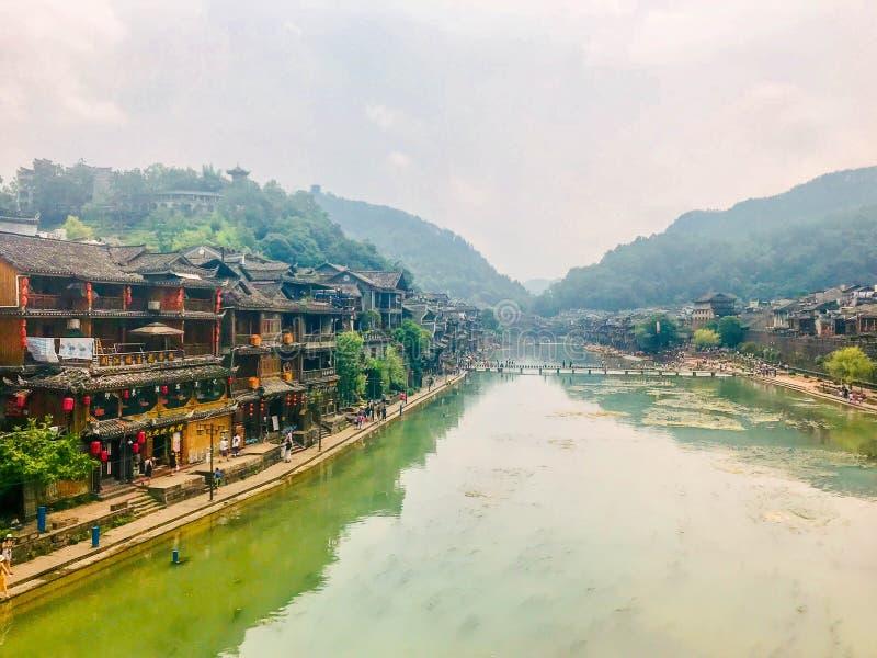 Сценарный взгляд на улице в старом китайском городке, Fenghuang, Китай стоковая фотография rf