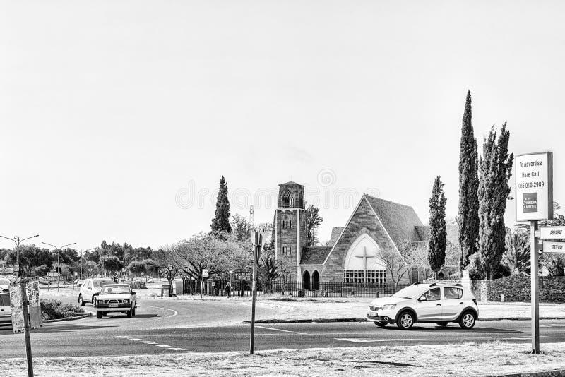 Сцена улицы, с церковью St Matthias Anglian, Welkom monochrome стоковое изображение