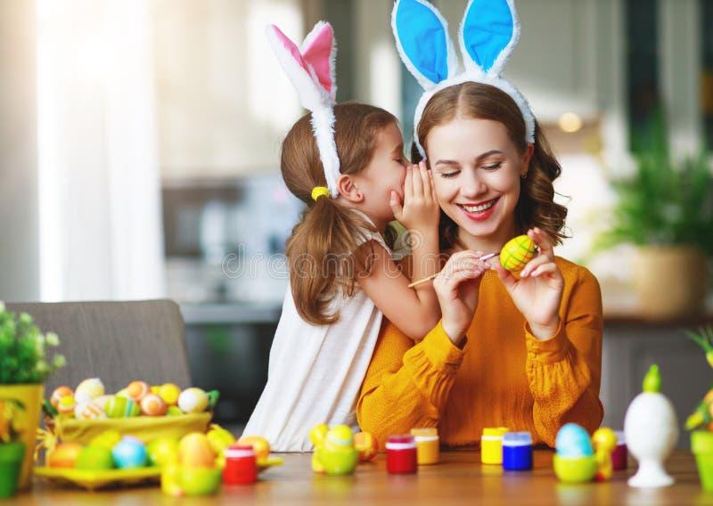 Счастливая пасха! мать и ребенок семьи с зайцами ушей получая готова на праздник стоковое фото