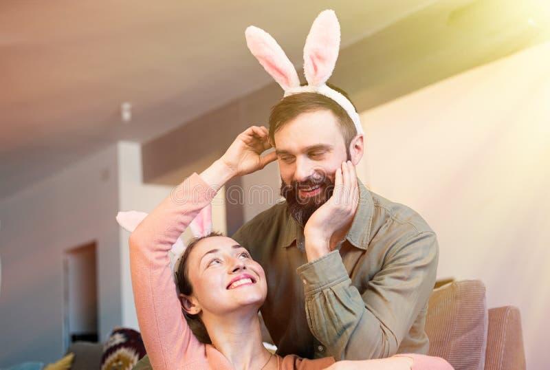 Счастливая семья подготавливая для пасхи Костюм ушей зайчика пар кролика зайчика нося стоковое изображение rf