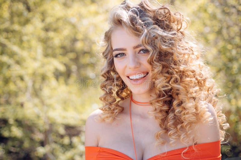 счастливая сь женщина красивейший усмехаться девушки Стильная счастливая молодая женщина стоковое фото