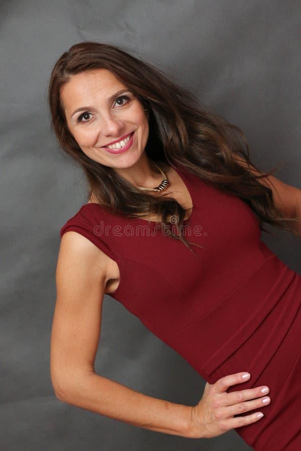 Счастливая усмехаясь успешная женщина стоковое изображение rf