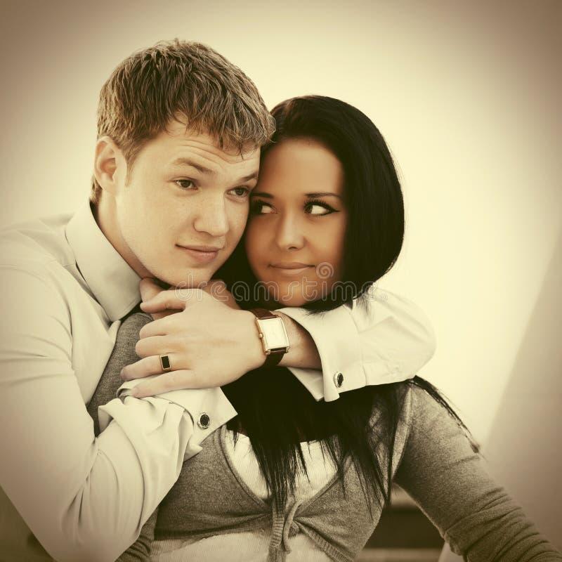 Счастливые молодые пары в влюбленности внешней стоковая фотография rf