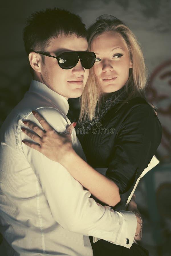 Счастливые молодые пары моды в любов обнимая на улице стоковые изображения