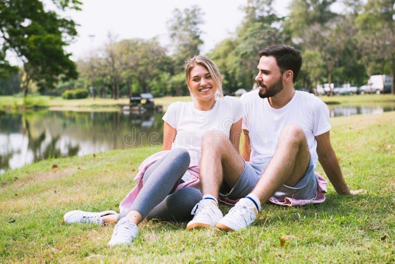 Счастливые парень и девушка наслаждаются в парке стоковое фото