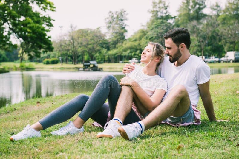 Счастливые парень и девушка наслаждаются в парке стоковые фото