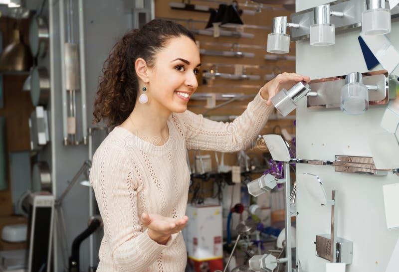 Счастливый женский клиент покупая внутренние света для дома стоковые фотографии rf
