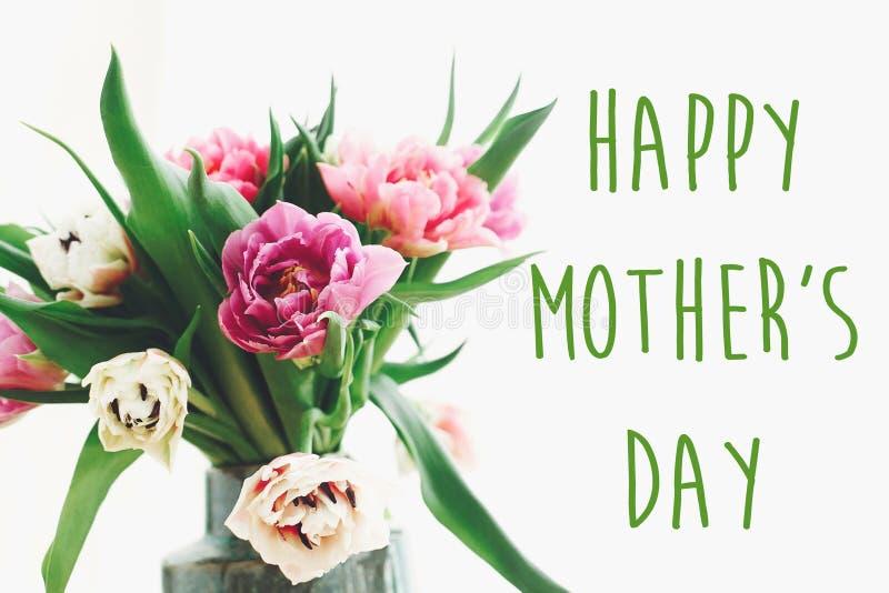 Счастливый знак текста Дня матери на красивом двойном букете тюльпанов пиона в вазе в свете Стильная флористическая поздравительн стоковые изображения rf