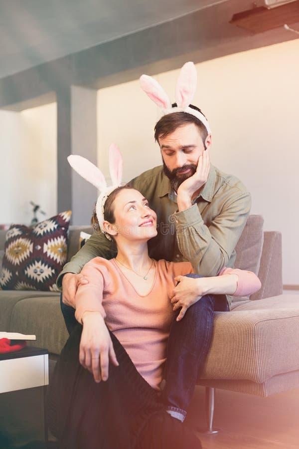 Счастливый и смешной день пасхи Костюм ушей зайчика пар кролика зайчика нося стоковые изображения rf