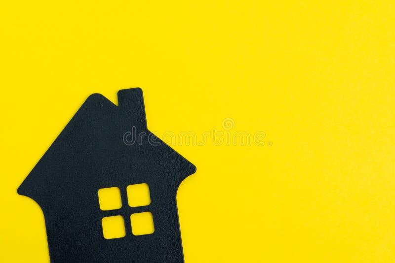 Счастливый дом, хорошее прожитие и образ жизни или купить и продать концепцию нового дома, форму дома черноты украшения на твердо стоковое изображение rf