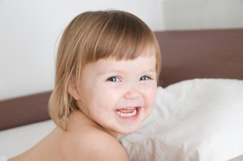 Счастливый усмехаясь ребенок смотря камеру милый прелестный портрет маленькой девочки, кавказский ребенк стоковое изображение