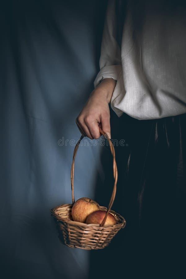 Схватите славное яблоко стоковая фотография