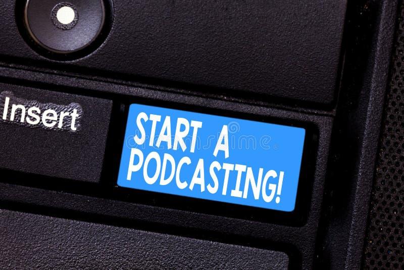 Схематический показ сочинительства руки начинает Podcasting Подготовка фото дела showcasing и распределение аудио использования ф стоковое фото