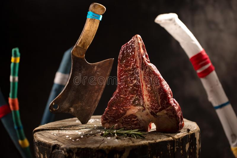 Сырцовая свежая мраморизованная ось говядины мяса на черной предпосылке стоковое фото rf