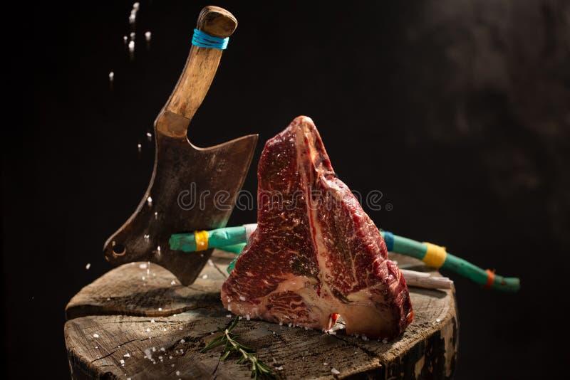 Сырцовая свежая мраморизованная ось говядины мяса на черной предпосылке стоковые фотографии rf