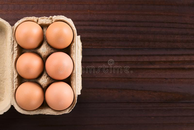 Сырцовые яйца в коробке яйца стоковая фотография rf