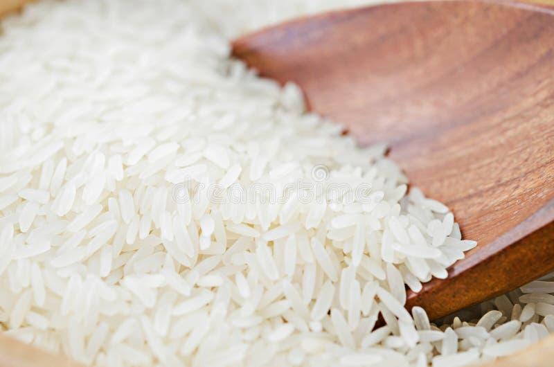 Сырцовый белый рис на деревянном ковше стоковое фото rf