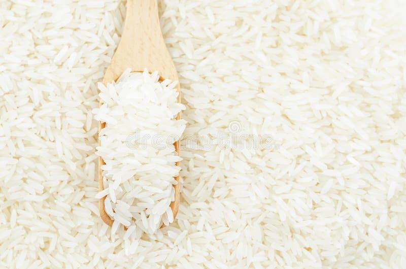Сырцовый белый рис дальше в деревянном ветроуловителе стоковое фото