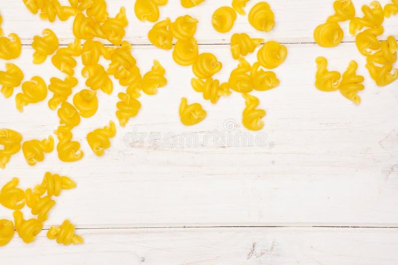 Сырцовое funghetto макаронных изделий на серой древесине стоковые фотографии rf