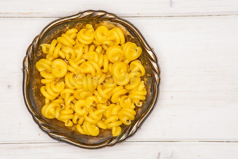 Сырцовое funghetto макаронных изделий на серой древесине стоковые изображения rf