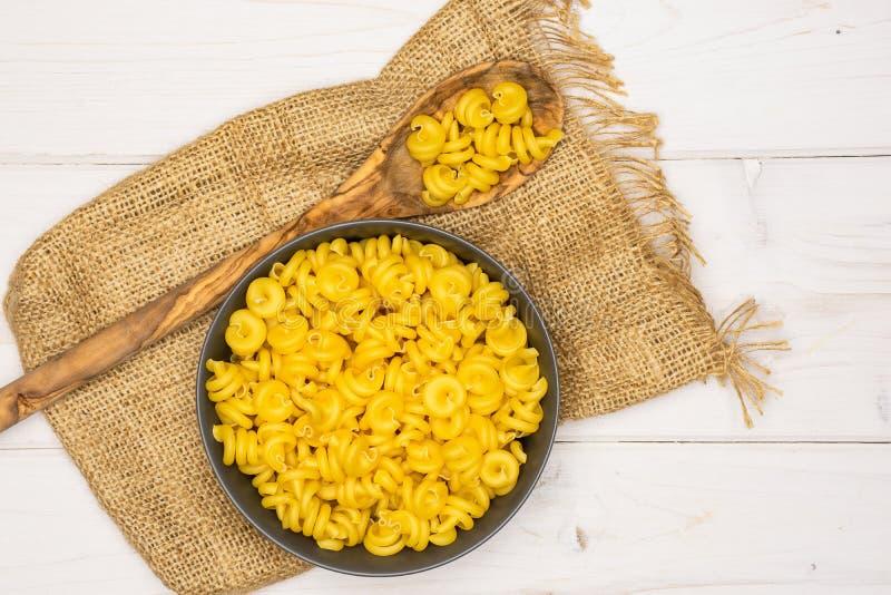 Сырцовое funghetto макаронных изделий на серой древесине стоковая фотография rf