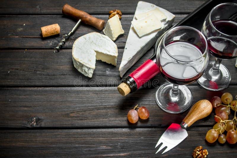Сыр бри с красным вином, гайками и виноградинами стоковое фото rf