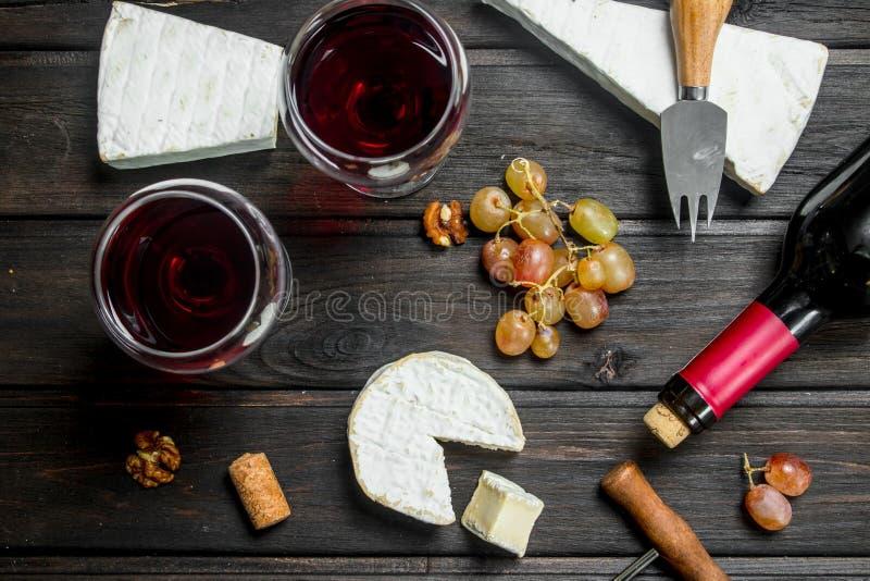 Сыр бри с красным вином, гайками и виноградинами стоковые фотографии rf