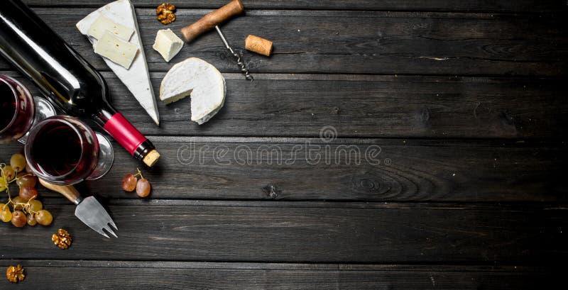 Сыр бри с красным вином, гайками и виноградинами стоковое изображение