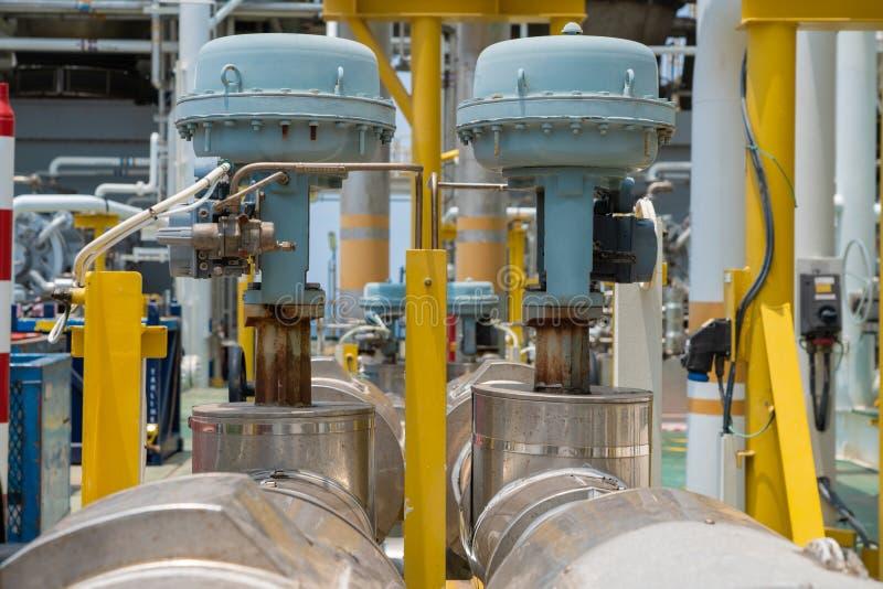 Сработанная модулирующая лампа на платформе оффшорной нефти и газ центральной обрабатывая для регулирует пропуская давление и ров стоковое изображение rf