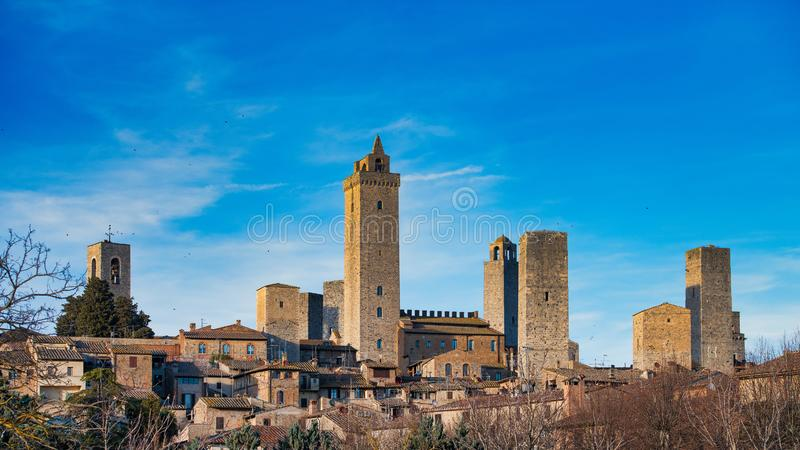 Средневековая деревня San Gimignano со своими известными башнями в Тоскане Италии стоковое изображение rf