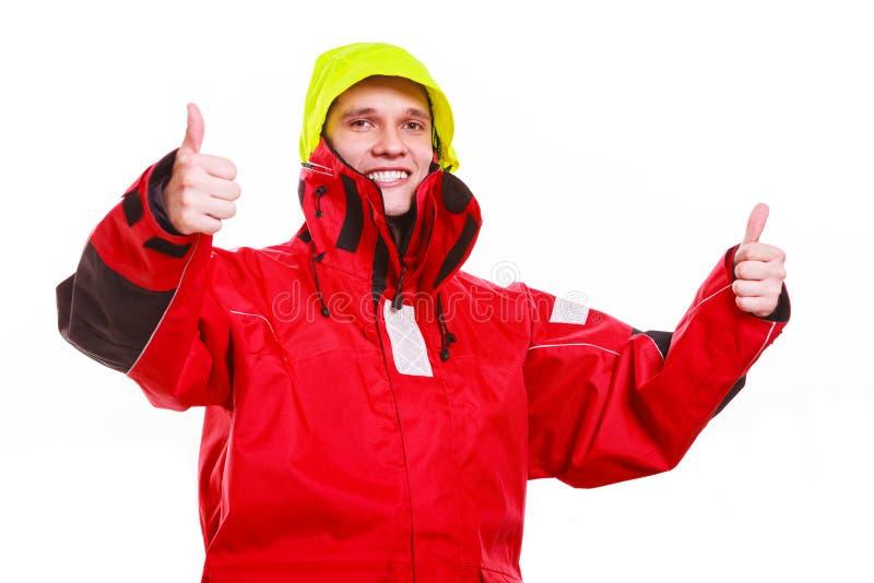 С капюшоном человек в водоустойчивой куртке стоковые фотографии rf