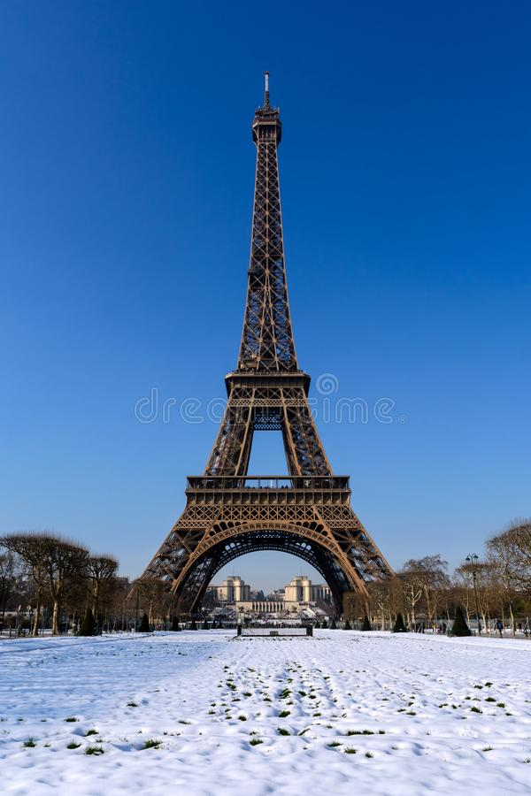 Эйфелева башня Парижа - Snowy