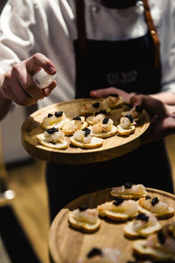 Экзотическая еда degustated на роскошном корпоративном событии обедающего стоковое фото