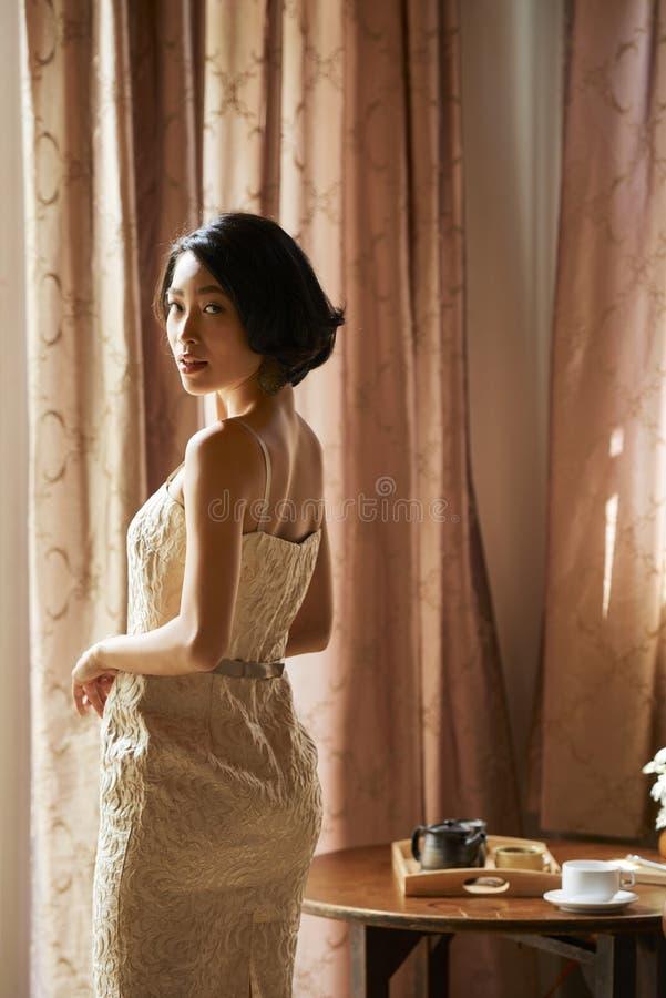 Элегантная невеста смотря камеру стоковая фотография