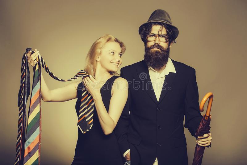 Элегантные пары выбирают галстуки стоковые изображения rf
